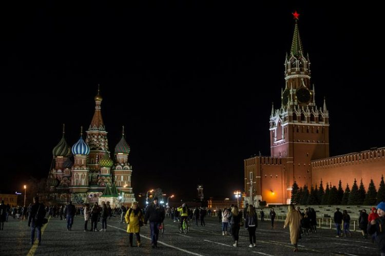 Imagen de la Plaza Roja de Moscu durante la Hora del Planeta
