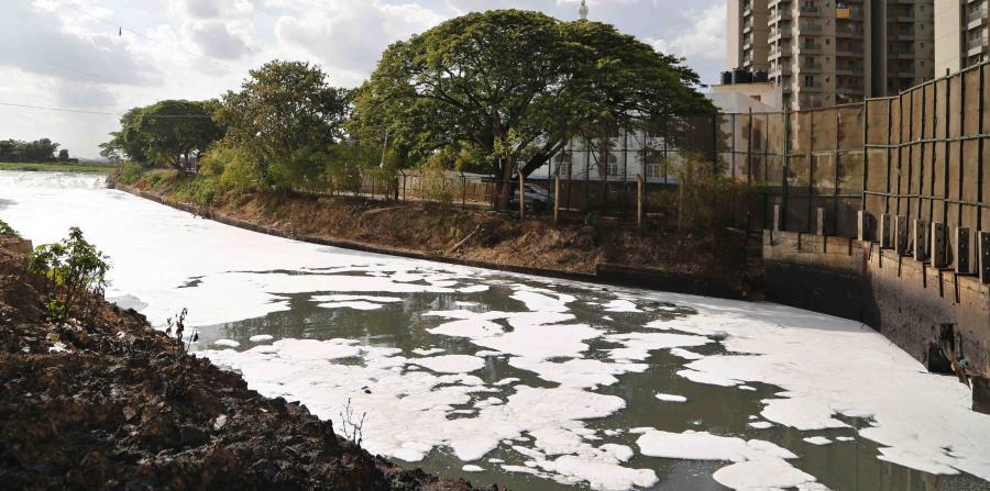 Espuma toxica de la contaminacion industrial flota en el Lago Bellundur en Bangalore India