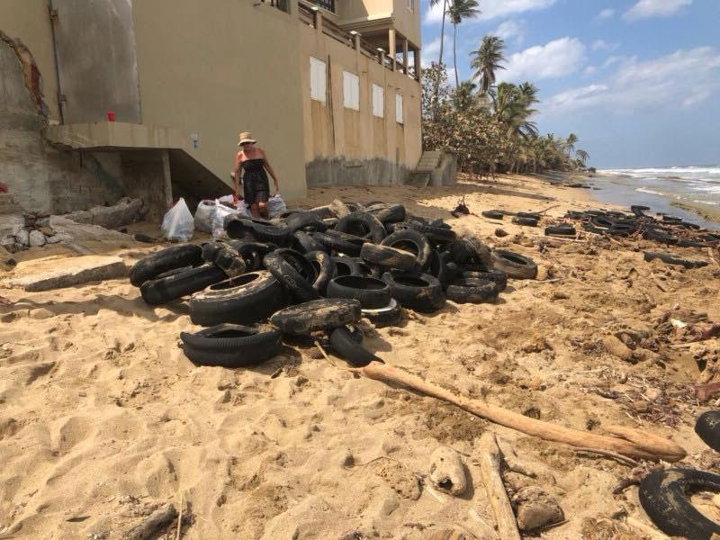 neumaticos en la playa