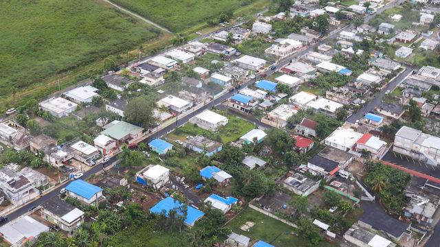 Vista aérea de toldos azules en residencias