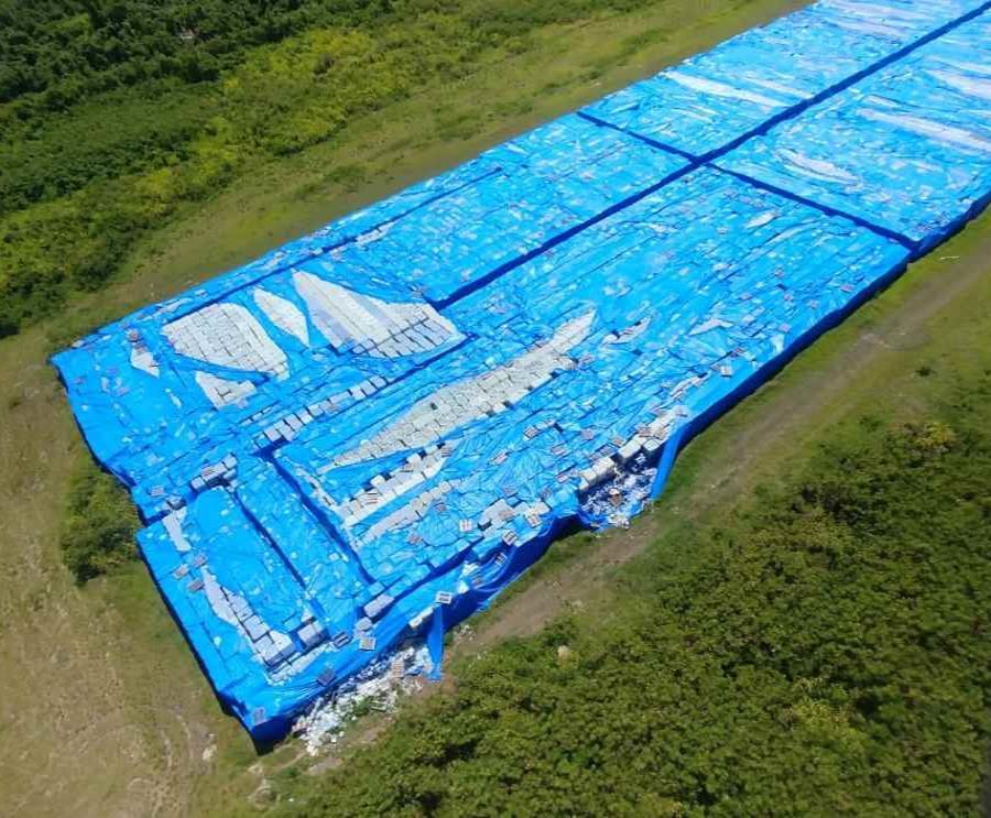 miles de botellas de agua