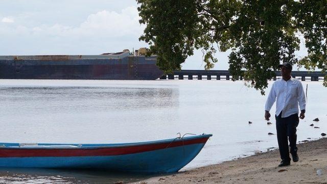 Barcaza en el muelle de Arroyo Barril