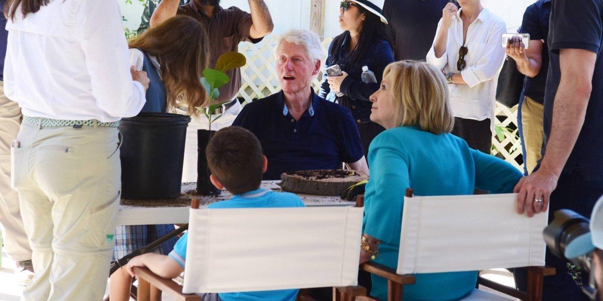 Los Clinton trasplantan arboles en Fajardo