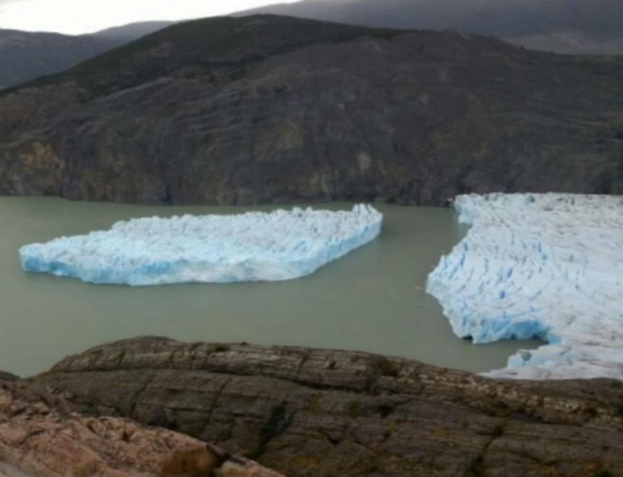 desprendimiento de dos icebergs de un glaciar en la Patagonia
