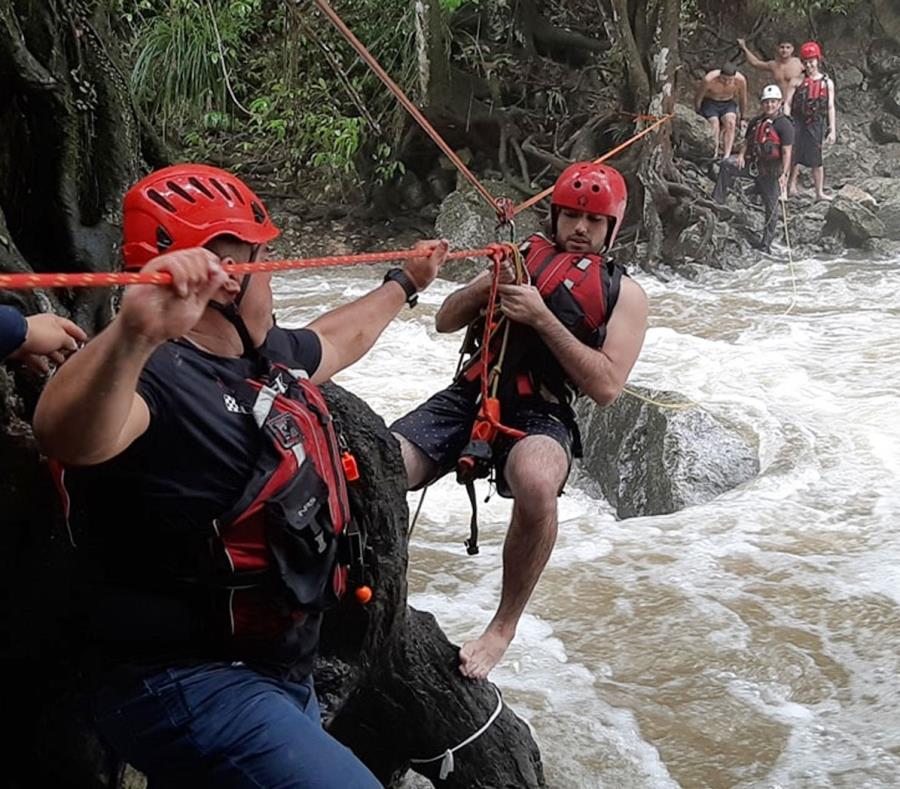 Rescatan turistas atrapados rio Gozalandia San Sebastian Puerto Rico