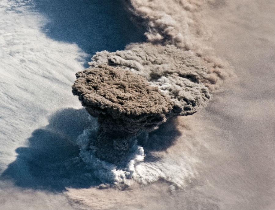 erupcion nube de gases volcanicos