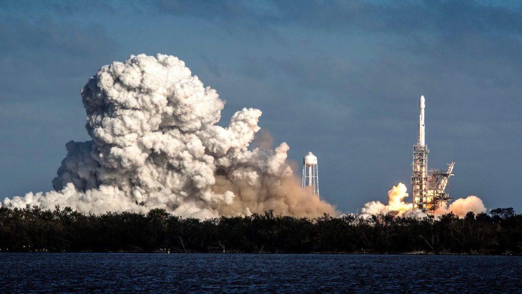 Despegue cohete Falcon Heavy desde Cabo Kennedy Florida EEUU