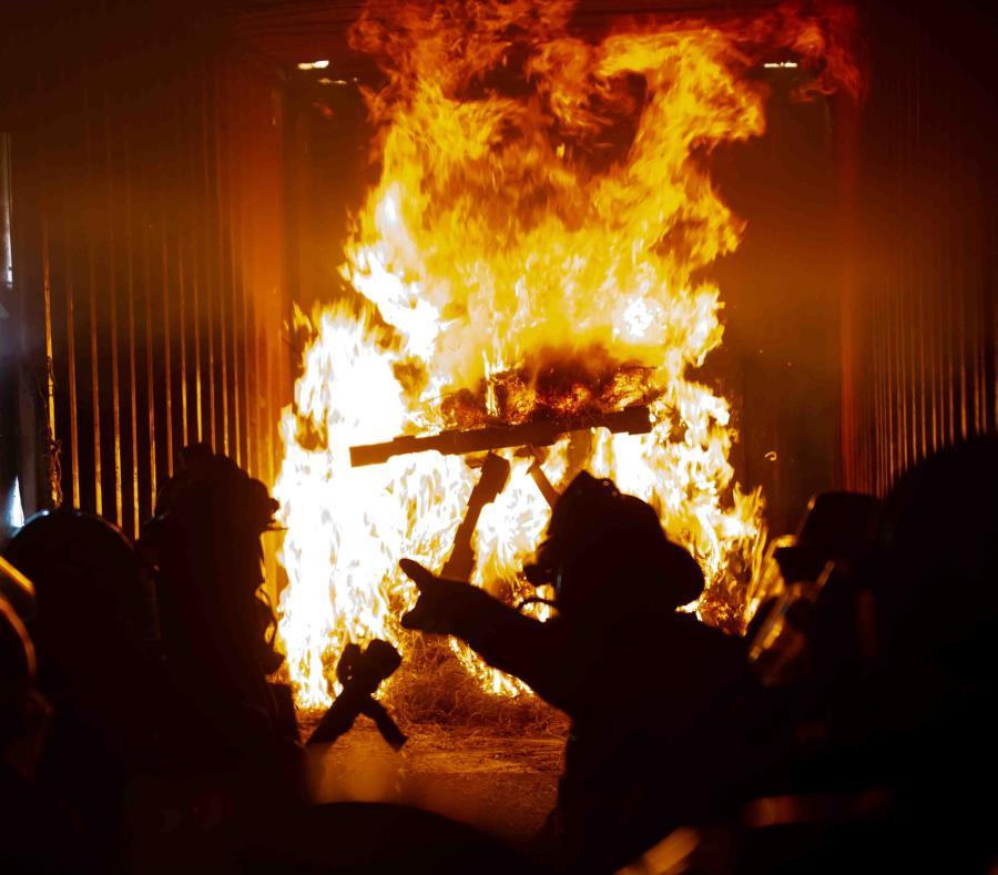 bomberos incendio en una fabrica de reciclaje