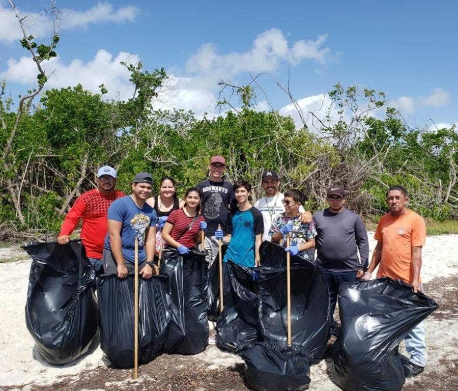 jovenes limpiando playas