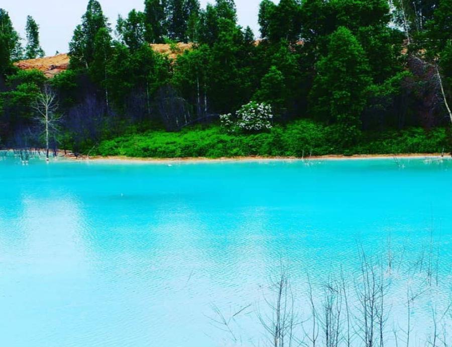 lago azul turquesa Rusia