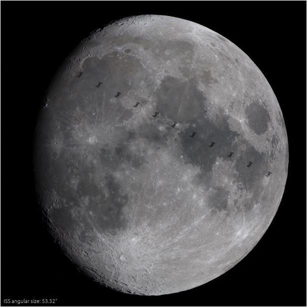Espacial Internacional Frente A La Luna