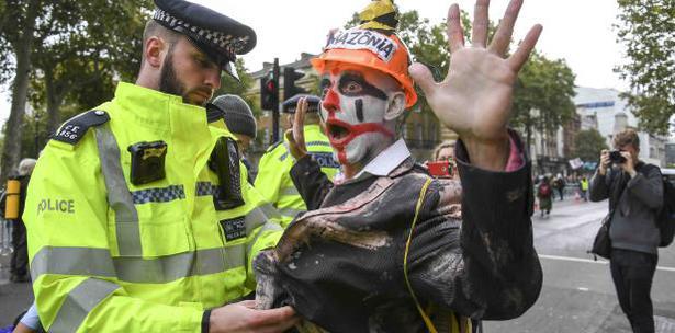 Arrestan A Un Manifestante Vestido De Payaso