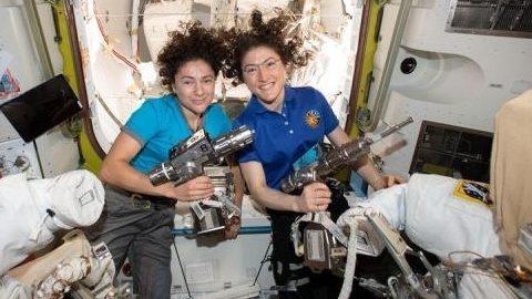 Primera Caminata Espacial Femenina Astronautas Jessica Meir Y Christina Koch