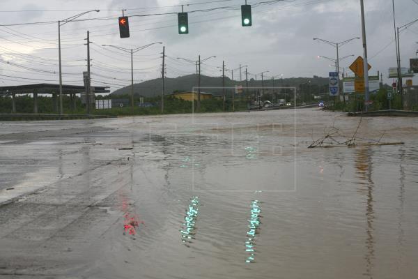 Vista De Una Carretera Inundada Tras El Paso De La Tormenta Emily Por Fajardo Puerto Rico