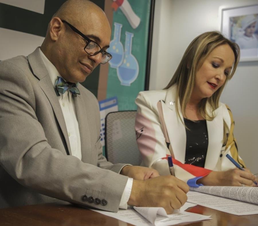 Acuerdo Para Transmitir Tres Conferencias En Vivo En Salones De Clases