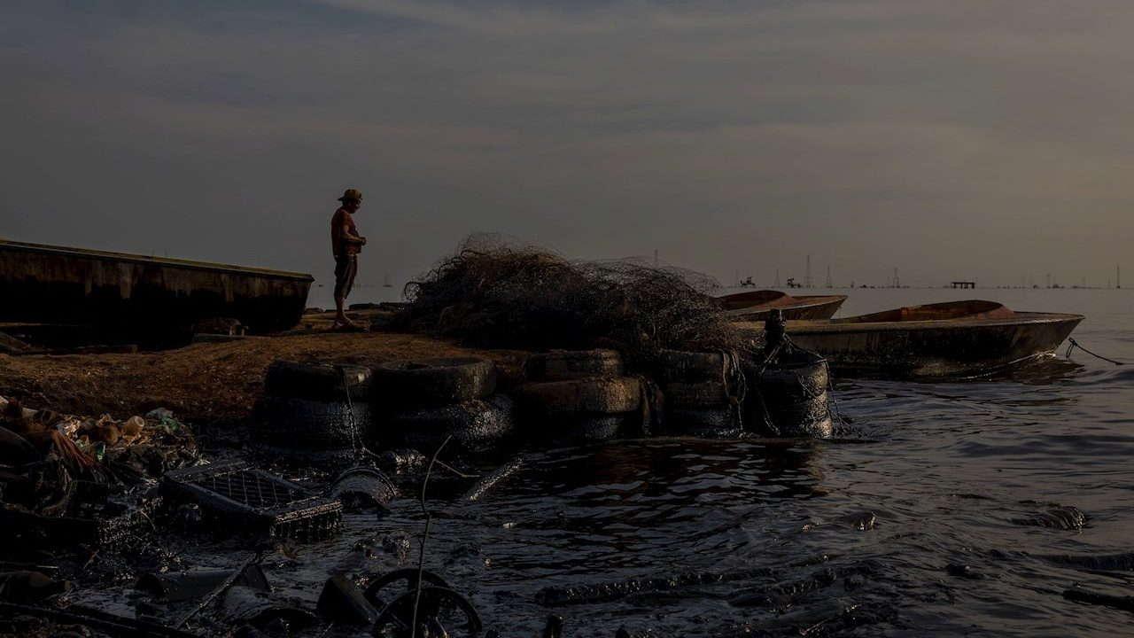 Habitante Pesca Aguas Contaminadas Petroleo Cabimas Zulia Venezuela