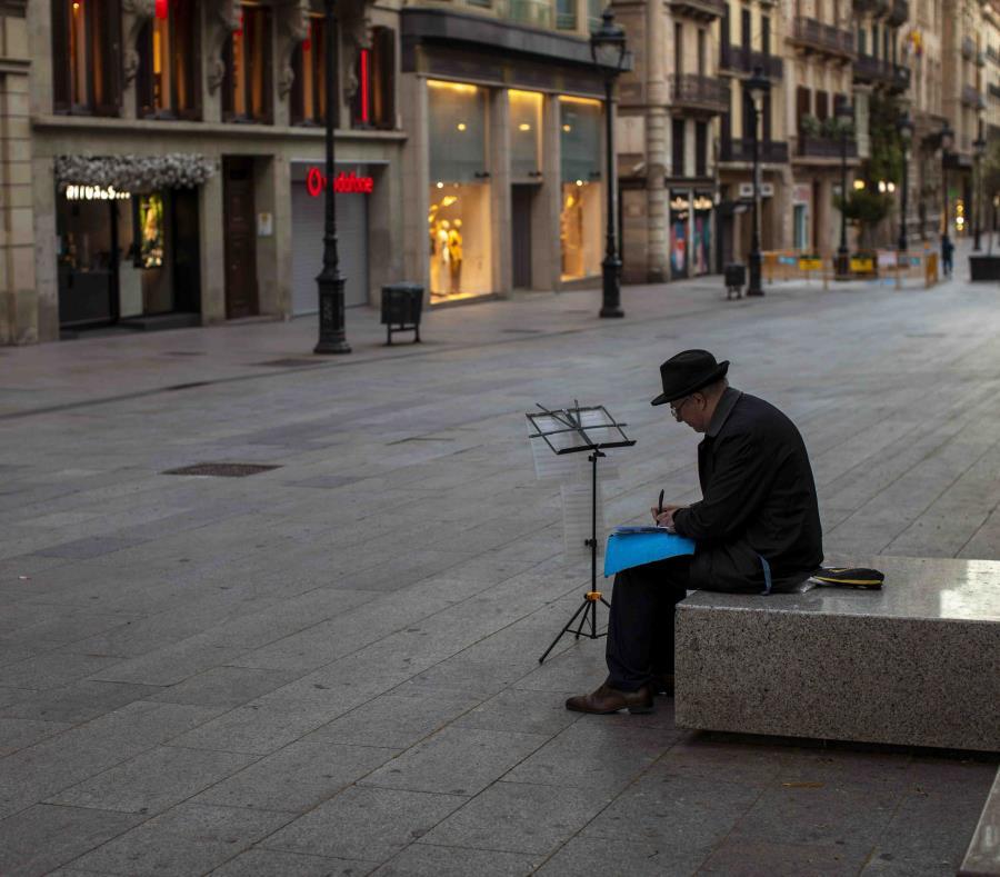 Hombre En Una Calle Desierta En Barcelona
